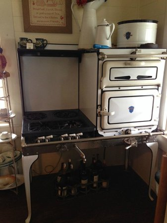 BlissWood Bed and Breakfast Ranch: Functional Antique Gas Stove