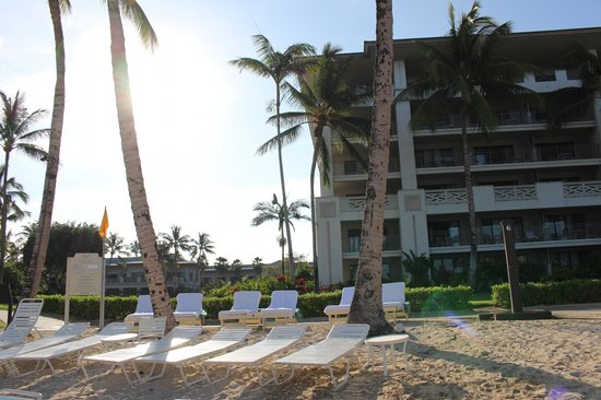Fairmont Orchid, Hawaii : view of hotel from the beach