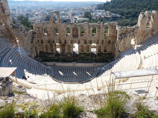 Herod Atticus Odeon: Piso damero, y al costado, los guardias y la basura