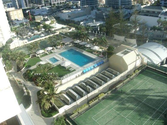 Paradise Centre Apartments: Ballah side tennis court has the basketball hoop.