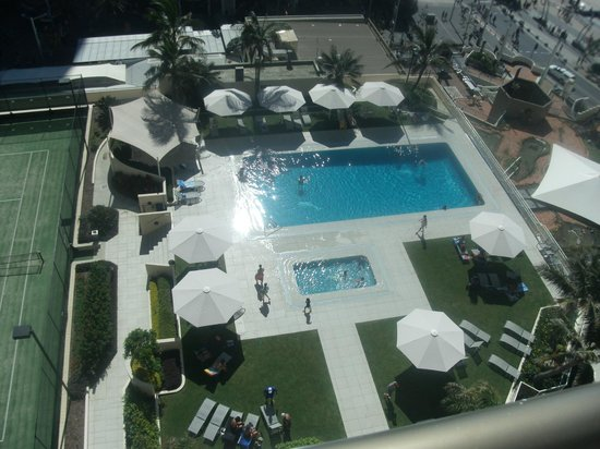Paradise Centre Apartments: Allunga pool view from room balcony - busy Anzac day!