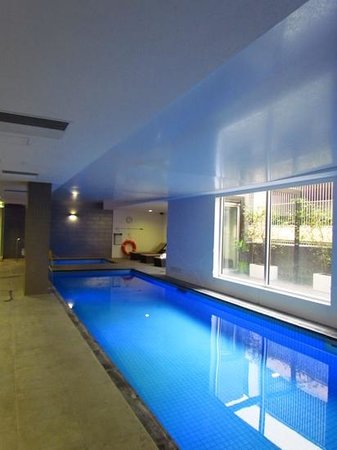 Crowne Plaza Adelaide: Indoor lap pool and spa