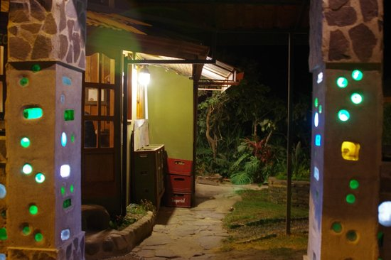 Camino Verde Bed & Breakfast Monteverde: Courtyard with lights in walls