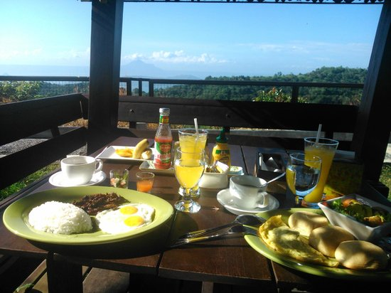 The Theodore Hotel : breakfast overlooking taal