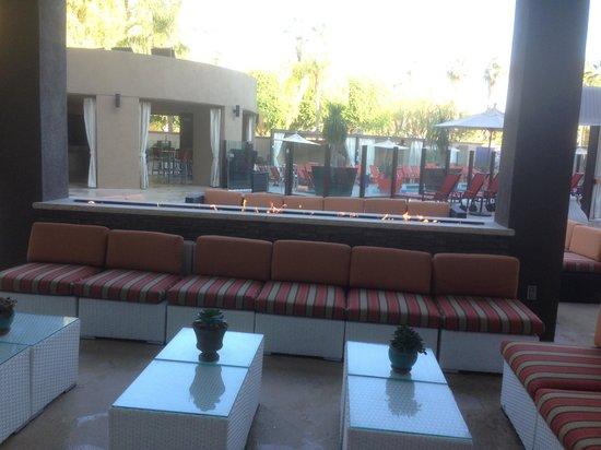 Hyatt Palm Springs: Outside seating at bar/restaurant