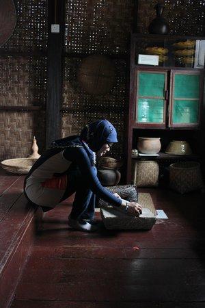 Mini Malaysia & ASEAN Cultural Park Melaka: Mencoba perabotan jaman dulu