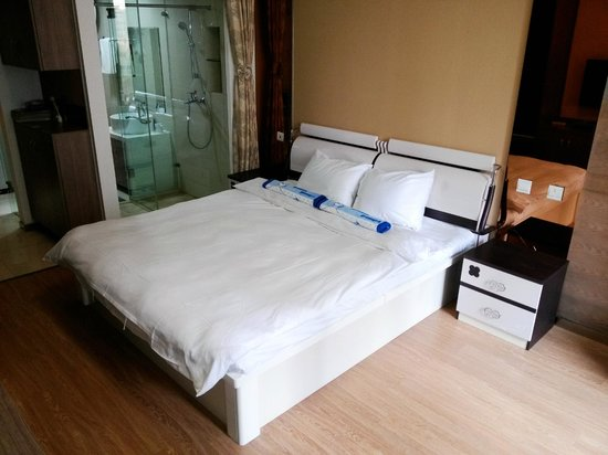 Chengdu Panda Apartment : Bed with 2 meters wide
