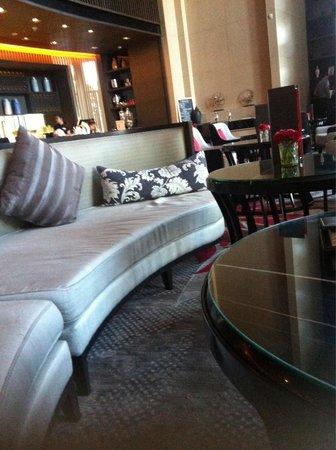 Bangkok Marriott Hotel Sukhumvit: Robbieมีน้อย แถมเวลามานั่งรอแฟนเช็คอินก็จะมีพนง.มาถามว่าจะรับอะไรมั้ย ไม่แยกให้เป็นสัดส่วนระหว่า