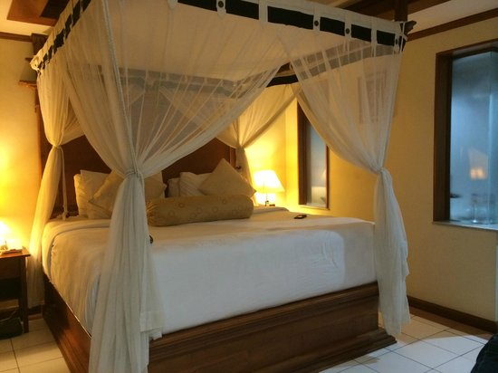 Ramayana Resort & Spa: biggest bed ever very comfy in cottage