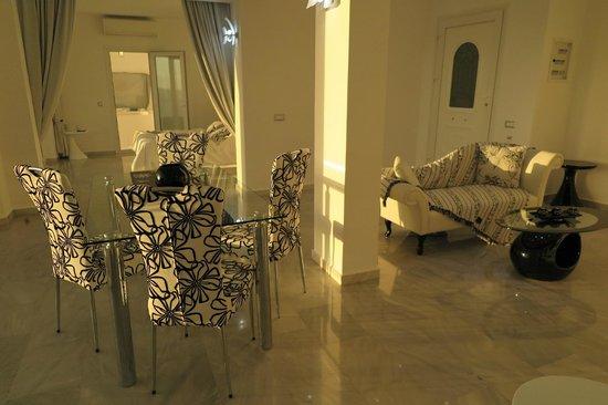 Anastasis Apartments: 夕陽の入る室内