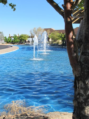 Sandia Resort & Casino: Some of the beautiful fountains.