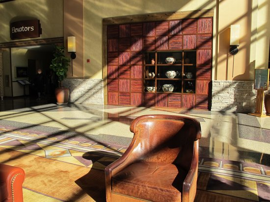 Sandia Resort & Casino: Sun shining in part of the beautiful lobby.