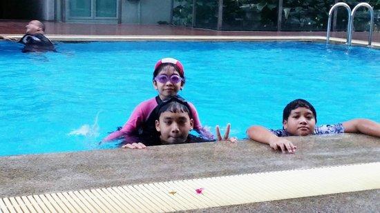 PARKROYAL Serviced Suites Kuala Lumpur: Fun at pool