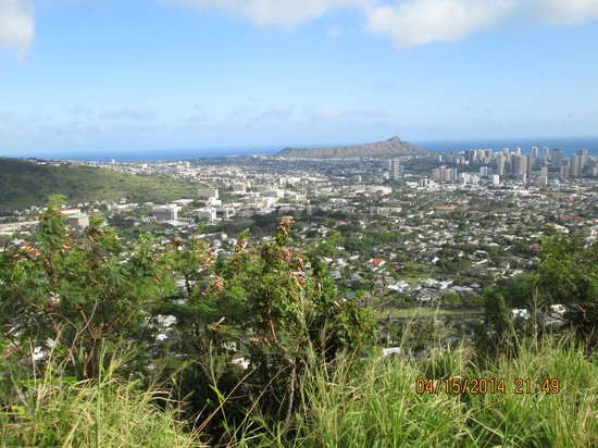 Tantalus Lookout Puu Ualakaa State Park : Overlooking end of the valley and begining of the city, Diamond Head and the Ocean