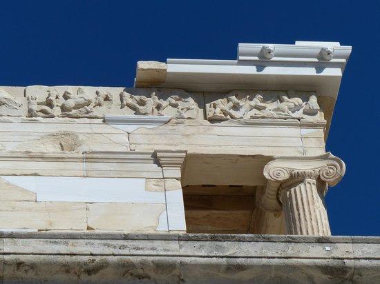 Temple of Athena Nike : Detalle de frisos y capiteles