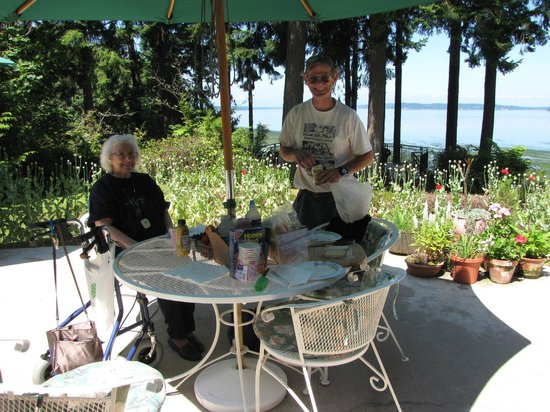 The Inn at Mallard Cove: Back patio party for my 90 year old mother.