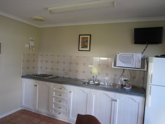 Wangaratta Caravan & Tourist Park: Kitchen in a cabin