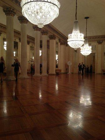 Scala de Milan (Teatro alla Scala) : Тихо, уединясь, с бокалом вина....