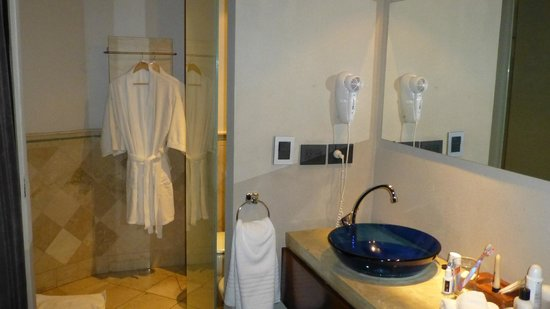 Prodeo Hotel + Lounge: Separate washbasin area from bathroom