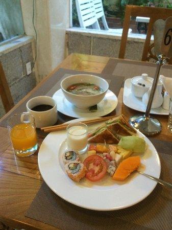 Au Lac II Hotel: 朝食1日目フォーと果物頂きました