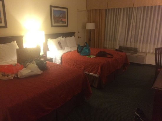 Knott's Berry Farm Hotel : 2 comfy queen bed for us..