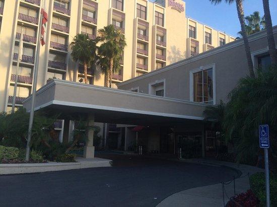 Knott's Berry Farm Hotel : Outside main lobby of the hotel