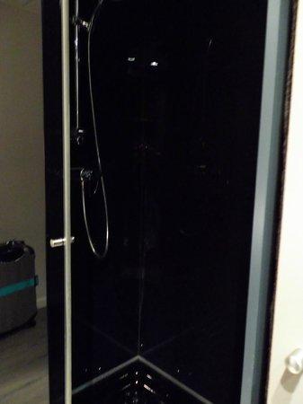 AC Hotel Sants: 簡単な作りのシャワーブース