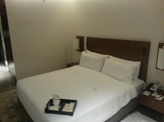 Crowne Plaza Chennai Adyar Park: Bed view 2