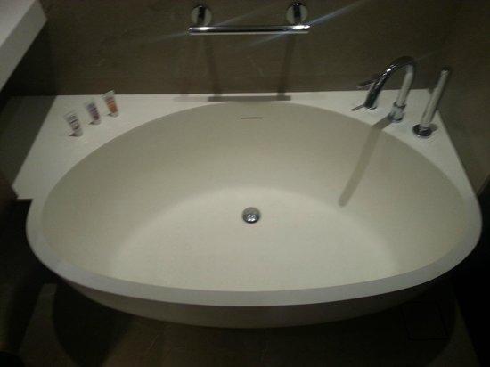 Crowne Plaza Chennai Adyar Park: Bath tub