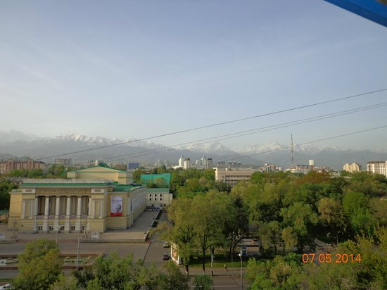 Almaty Hotel : горы и смог