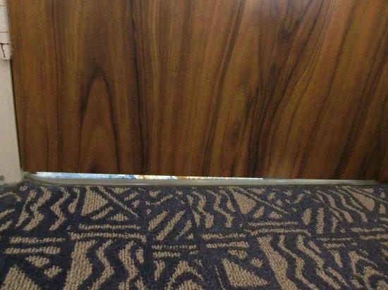 Pacific Beach Hotel: 扉の下が開いているため声がもれます