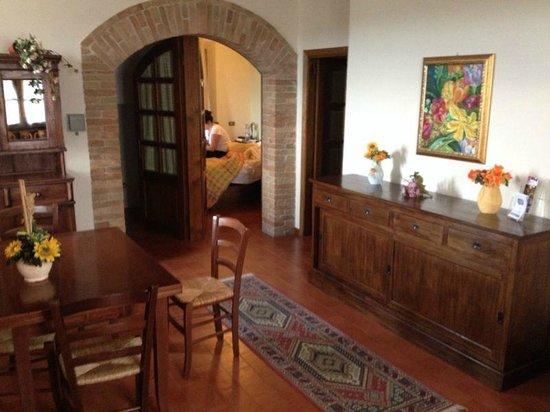 Casale Virgili : Comedor común para las 3 habitaciones.