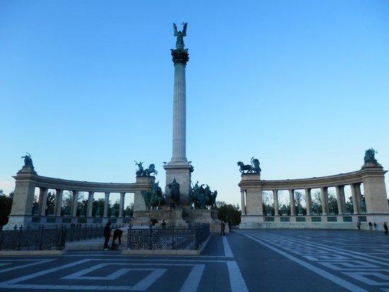 Place des Héros : Heroes' Square