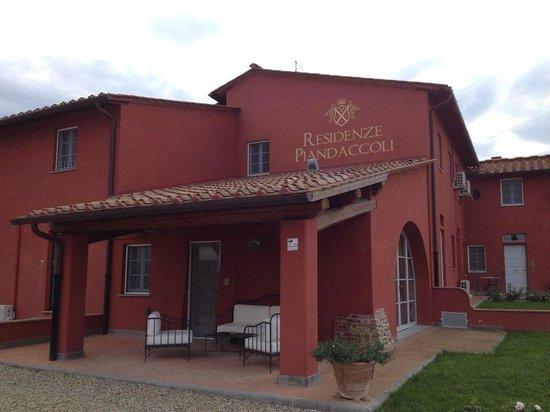 Residenze Piandaccoli: Fachada de la Residenze, cada apartamento tiene su entrada independiente