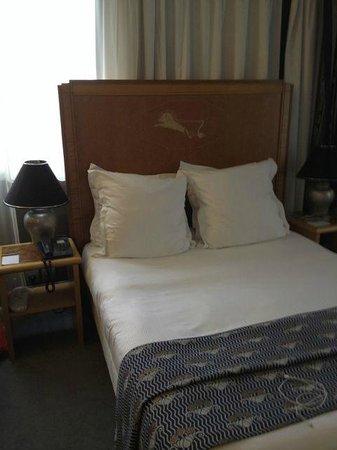 Hotel Les Jardins du Marais : Comfy bed