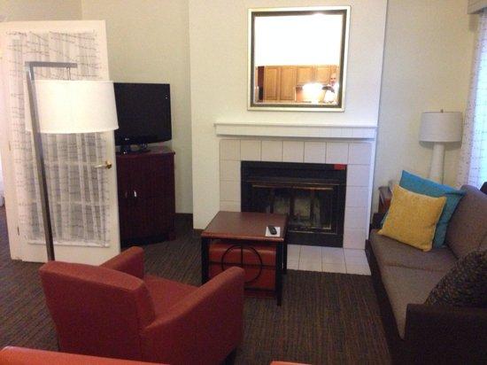 Residence Inn Ontario Airport: Living room