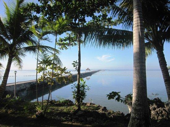 Pacific Cebu Resort : 突堤有數百公尺長