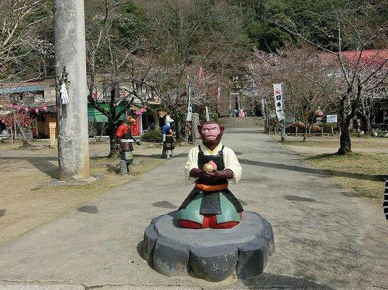 Momotaro Shrine: 神社入り口