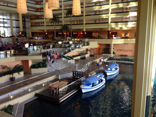 JW Marriott Desert Springs Resort & Spa: Lobby.  The boats go around lake.