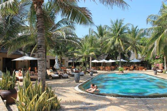 Mia Resort Mui Ne: ресторан, где проходит завтрак находится около бассейна и видом на океан