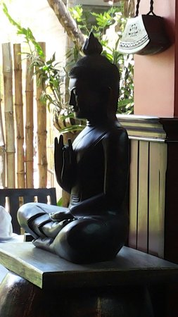 Golden Butterfly Villa: Buddha statue at the lobby