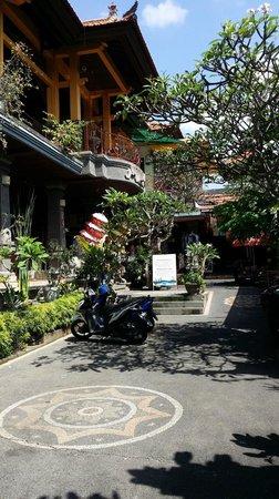 Warung Babi Guling Ibu Oka 3: Pathway leading to the restaurant