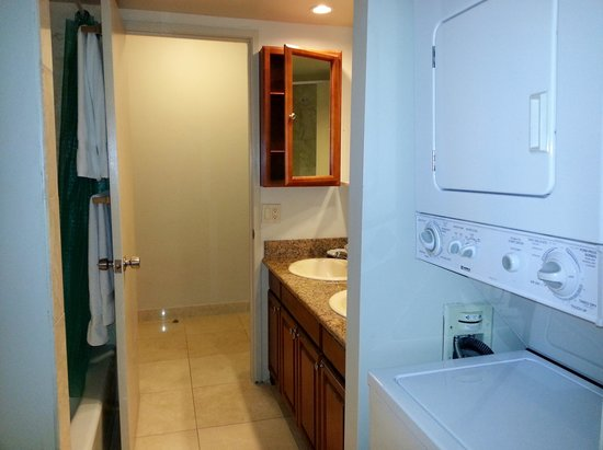 Waikiki Beach Condominiums: Bathroom with washer and dryer provided