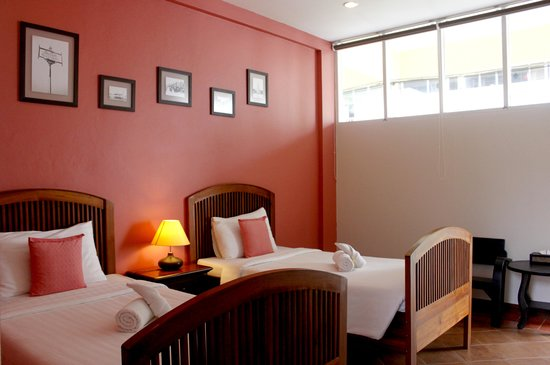 Feung Nakorn Balcony Rooms & Cafe: Deluxe room 2 single beds