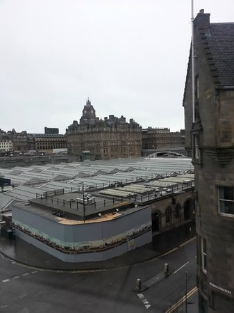 Motel One Edinburgh-Royal: View from the room window over the Central Station