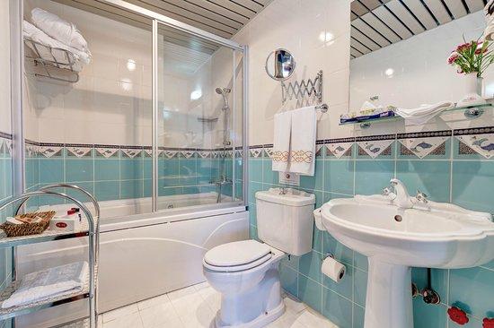 Arena Hotel: Bathroom