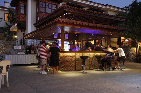 Ova Resort Hotel : Bar by the pool