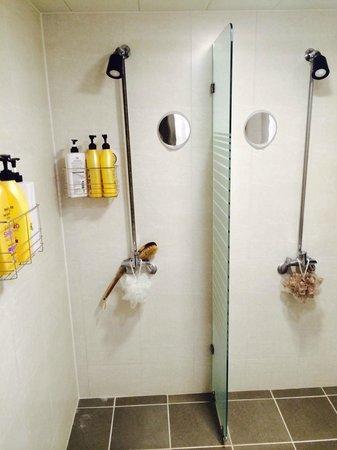 Blueboat Hostel Nampo : Shower -a bit tiny-