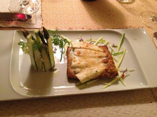 Enoteca Boivin: Asparagi verdi con ricotta fresca aromatizzata e millefoglie con asparagi bianchi