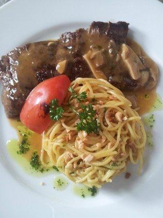 Hotel La Ribaudiere : filet de zébu sauce forestière et spaghetti
